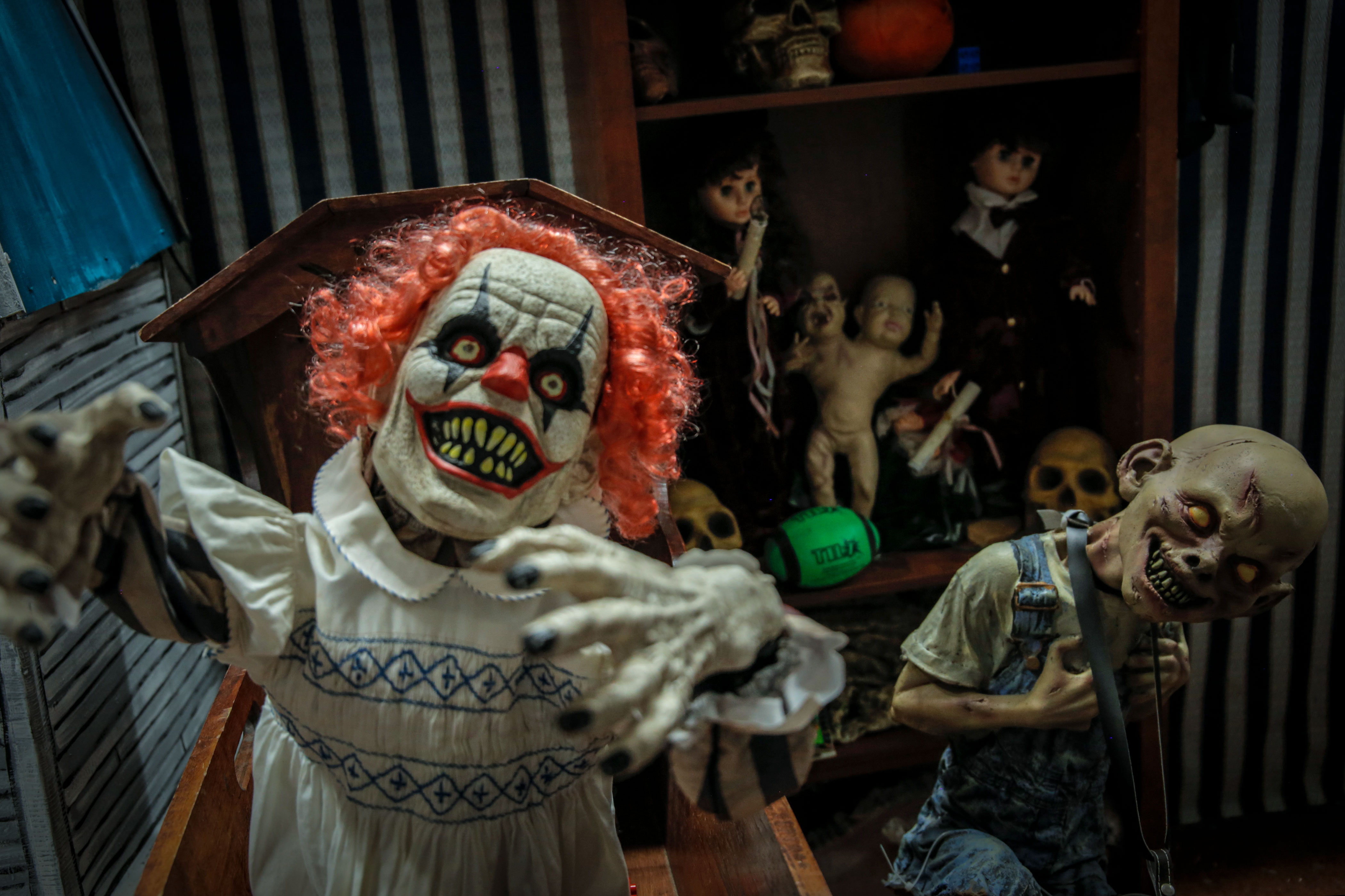 <p>Animatronic clowns, zombies and skeletons spring out at visitors throughout the Haunted Mansion.</p>