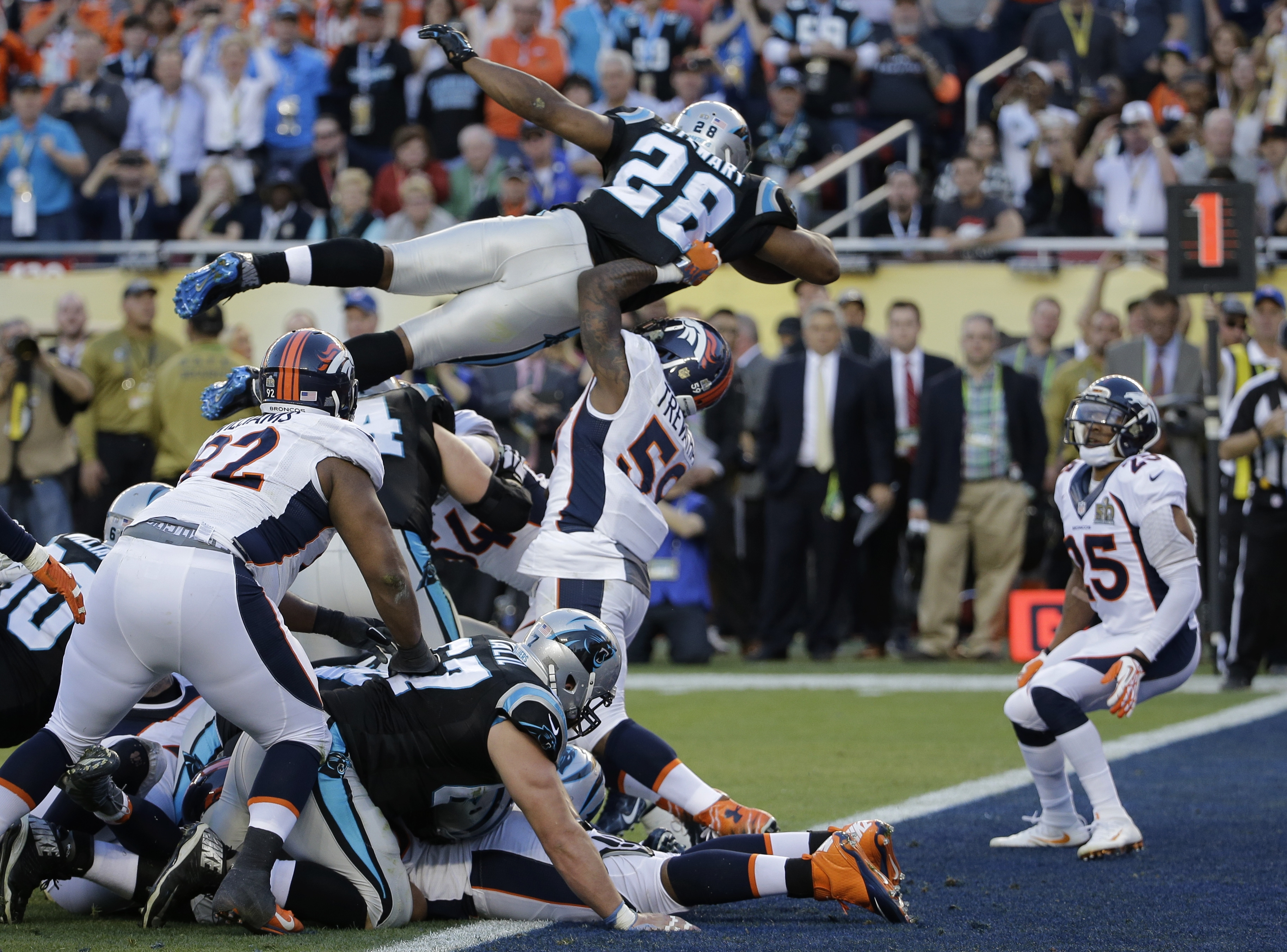 Photo: Panthers' Jonathan Stewart leaps for a touchdown, Super Bowl 50(AP7)