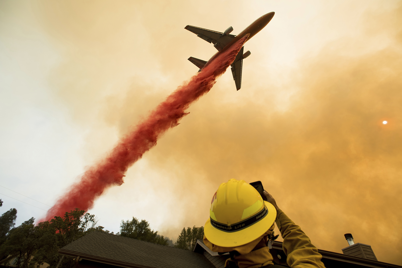 Photo: Western Wildfires Tanker Drop (AP)