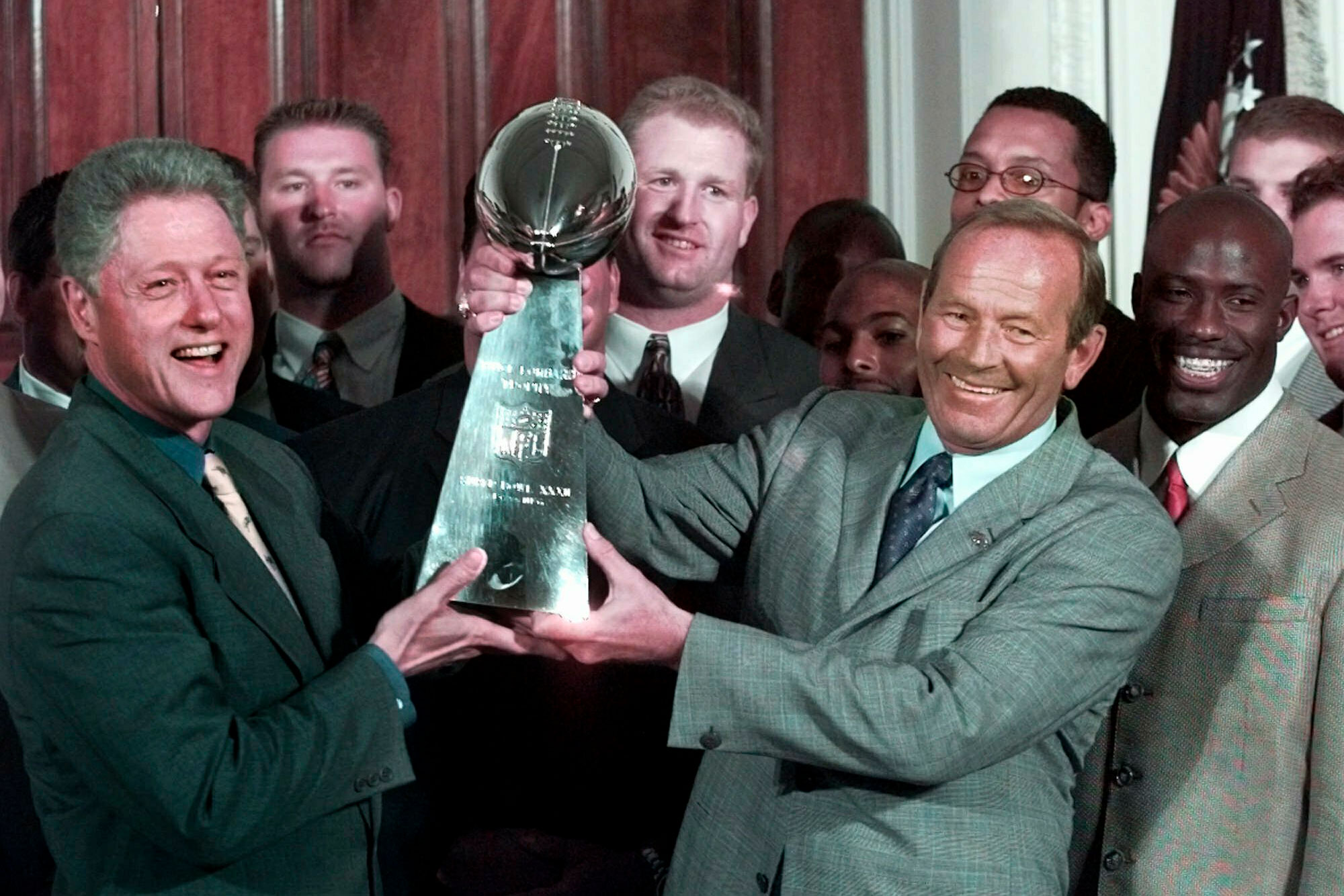 Photo: Pat Bowlen Obit | Bowlen, Lombardi Trophy And Clinton - AP