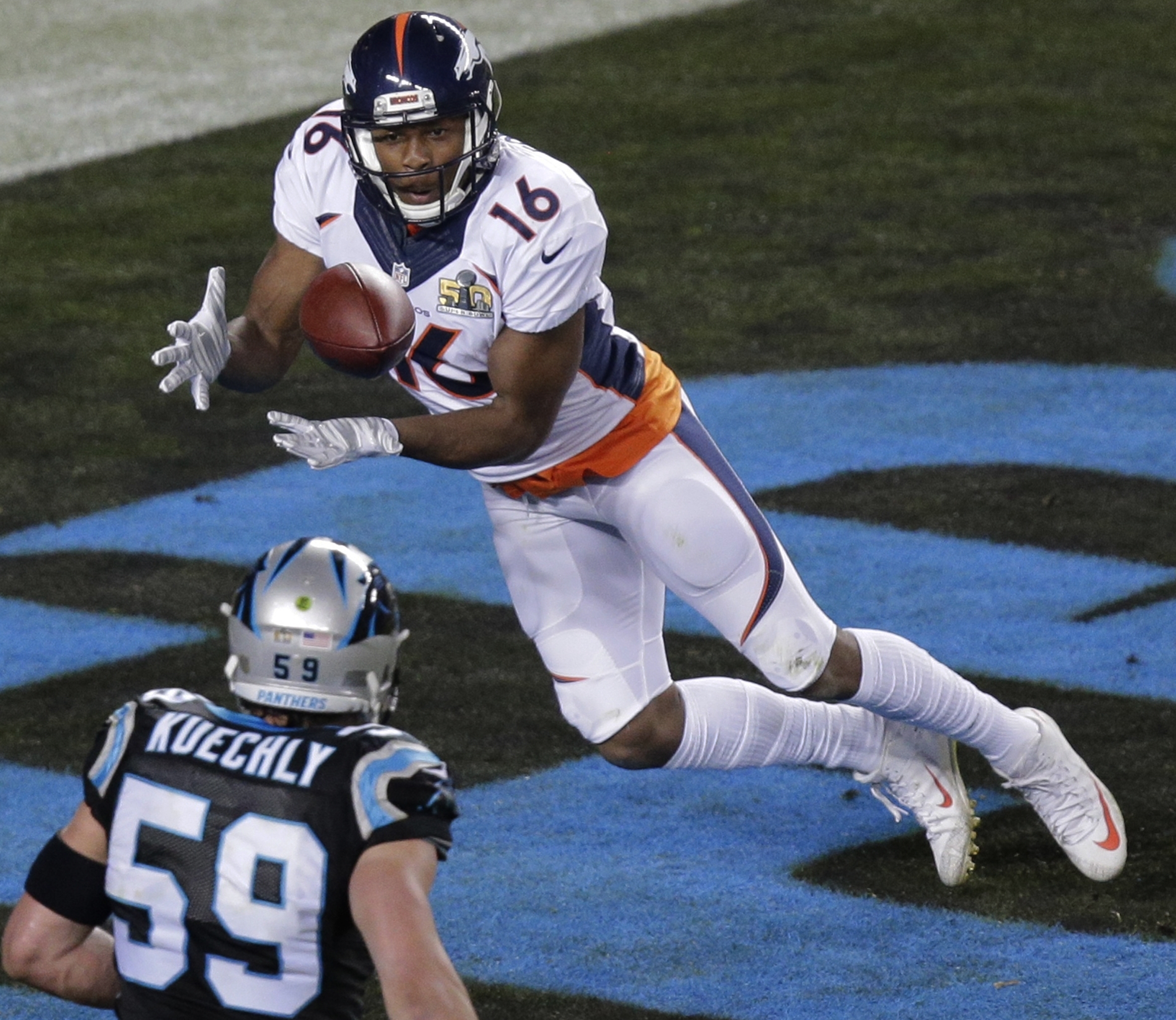 Broncos' Bennie Fowler catches a ball for a two-point conversion, Super Bowl 50 (AP6)