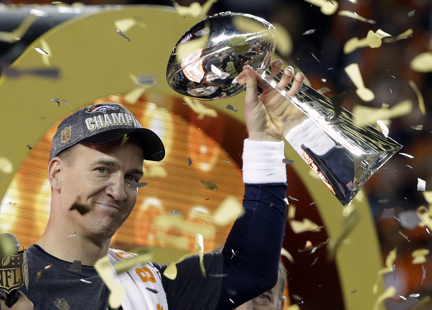 Photo: Denver Broncos' Peyton Manning holds the Lombardi Trophy, Siper Bowl 50 (AP1)