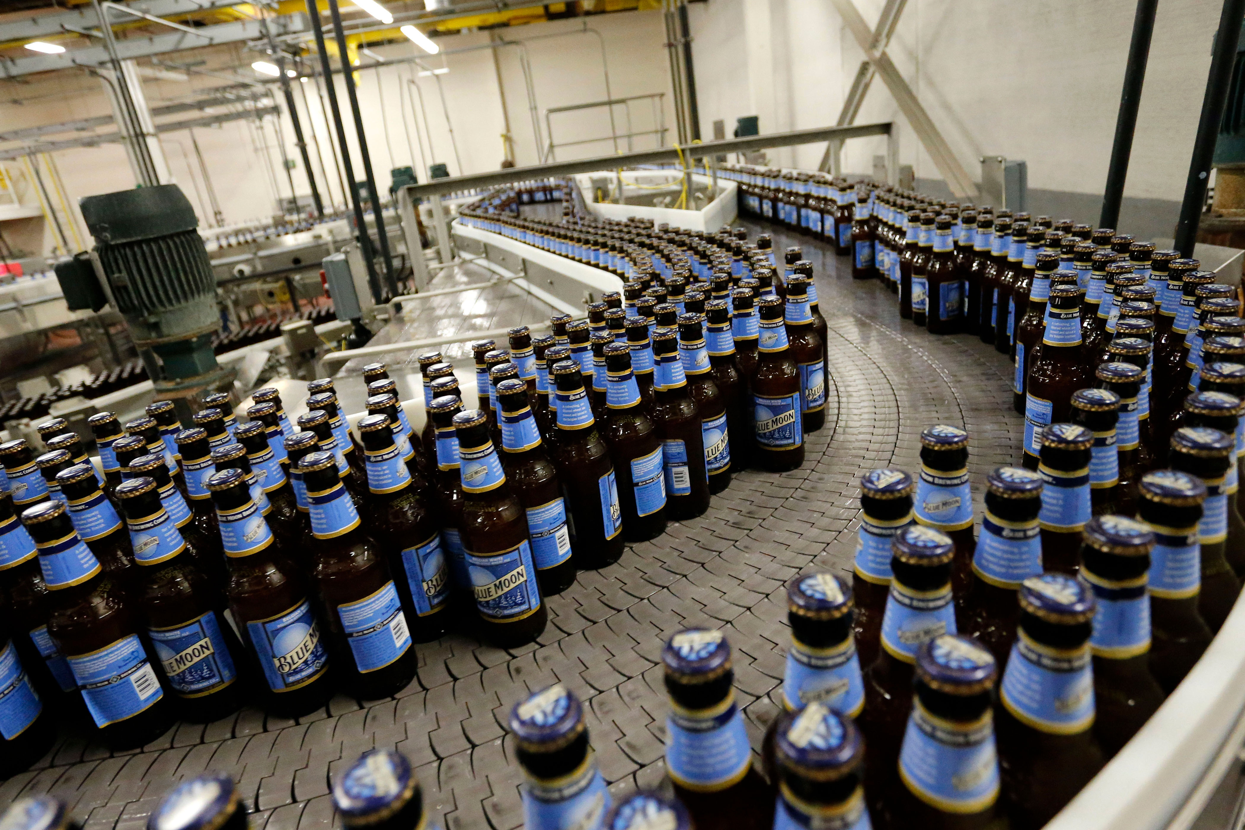 Photo: 3.2. Beer | Blue Moon Bottling - AP