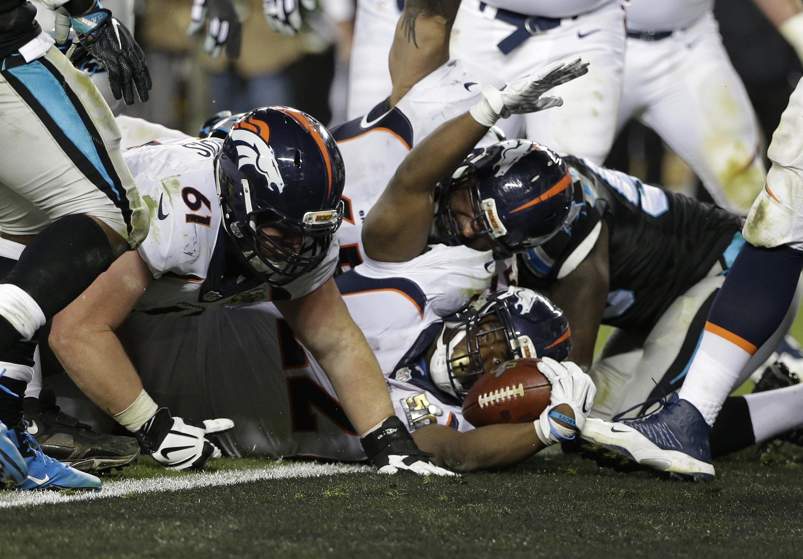 Photo: Broncos' C.J. Anderson scores a touchdown, Super Bowl 50 (AP8)