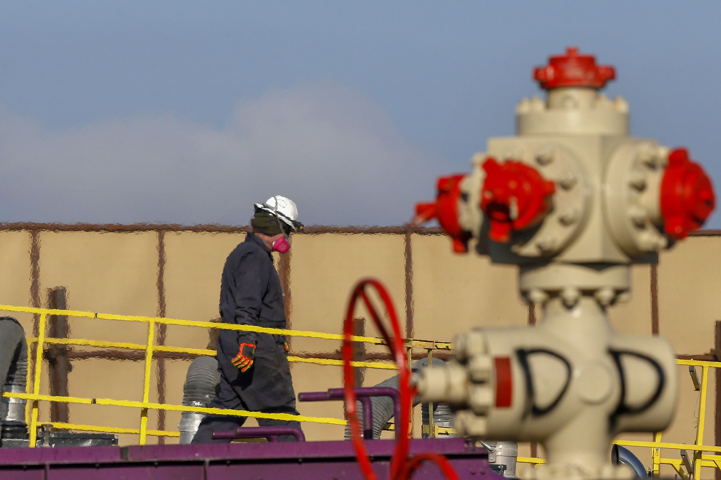 Photo: Colorado Oil And Gas | Mead Well Head And Worker - AP