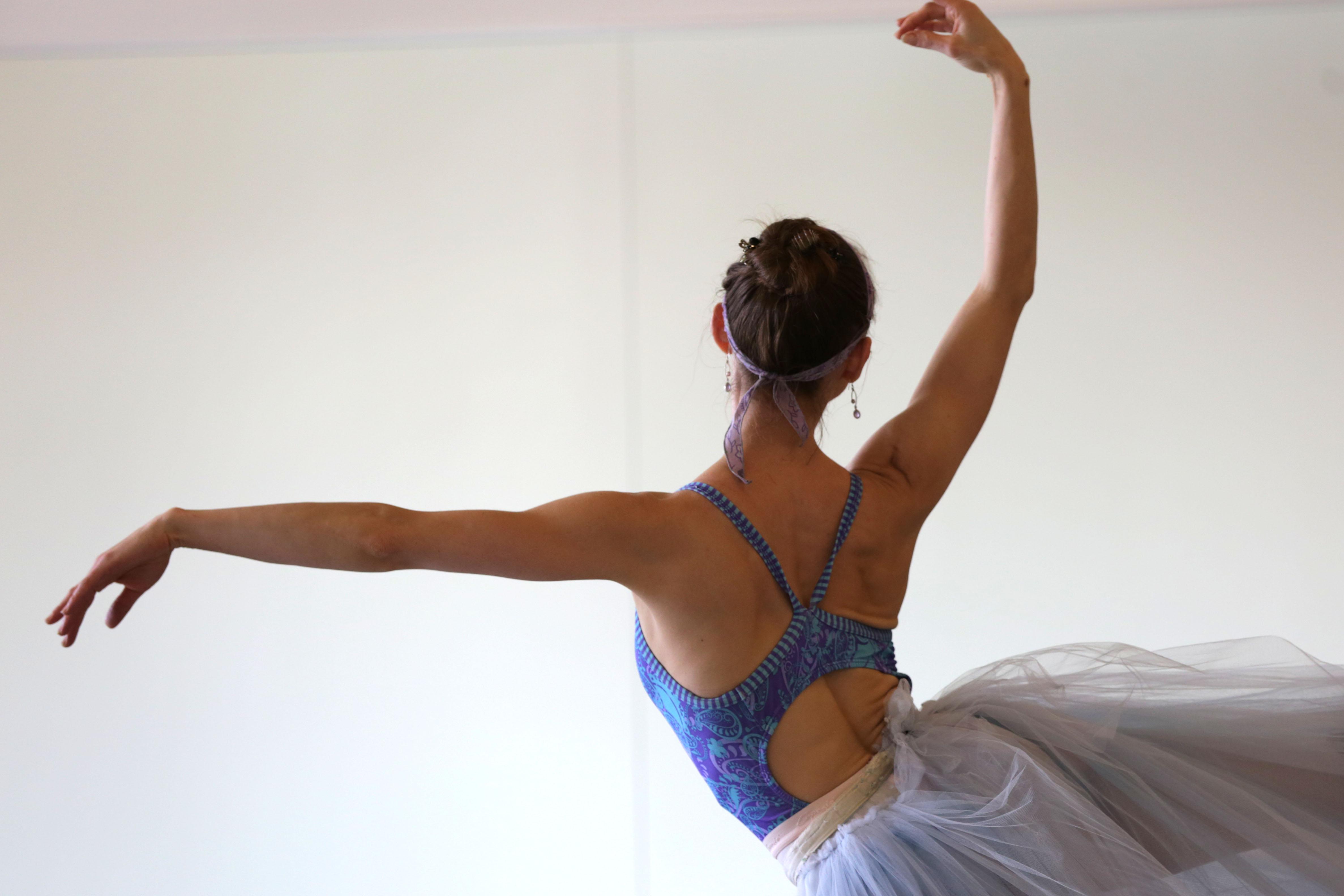 Photo: Colorado Ballet Rehearsal 6 Sharon Wehner Arms (HV)