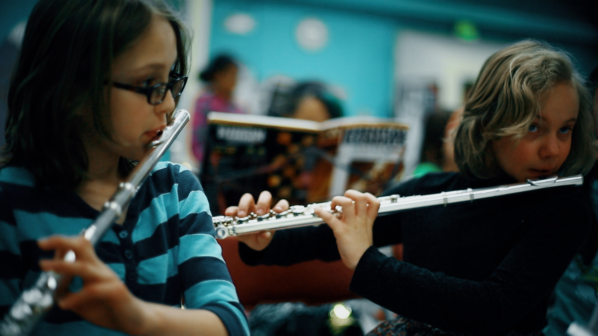 <p>Students playing the flute.</p>