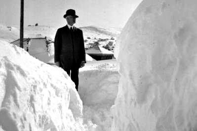 Photo: 1913 storm man snowbank