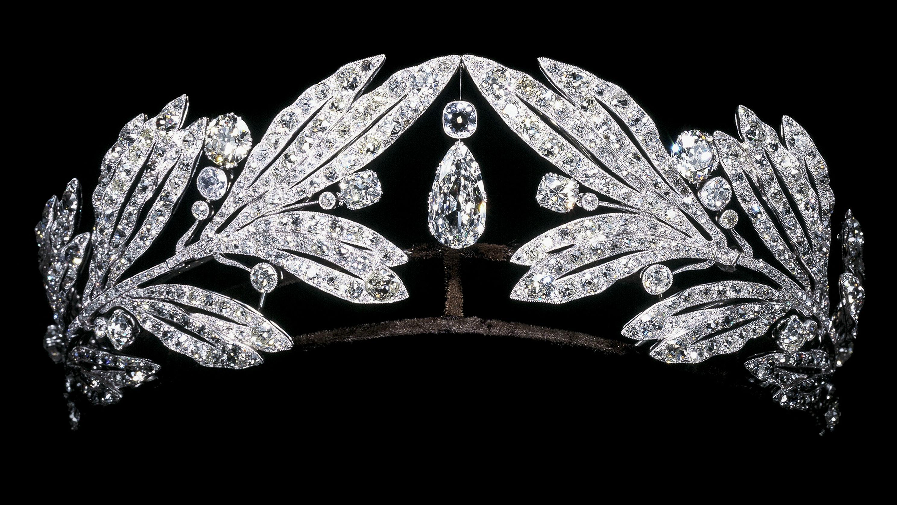 Photo: Cartier laurel leaf tiara feature