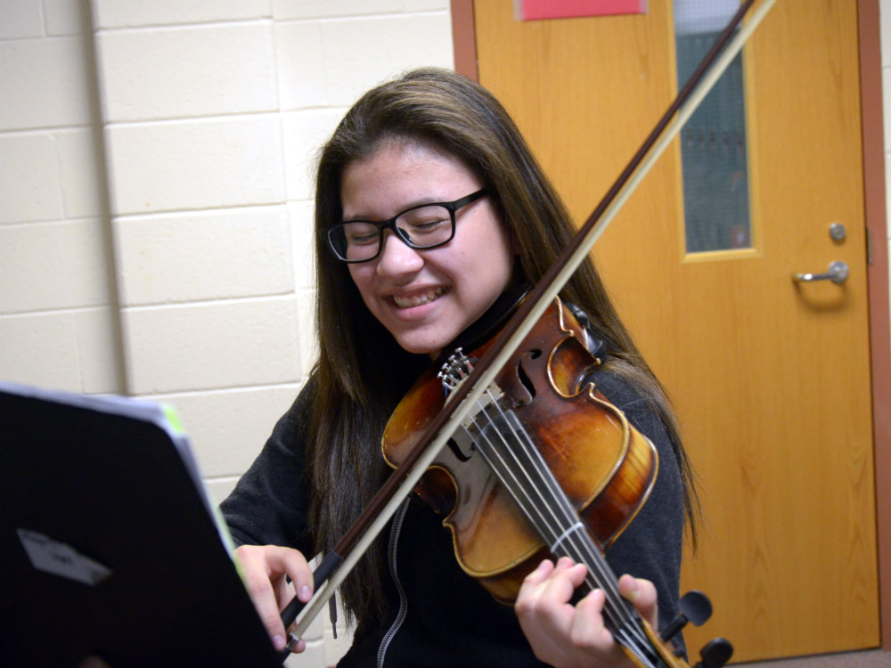 Photo: Mayerli Lopez Plays Violin