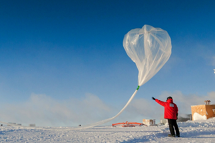 Photo: Launching Balloon To Measure Ozone Over Antarctica