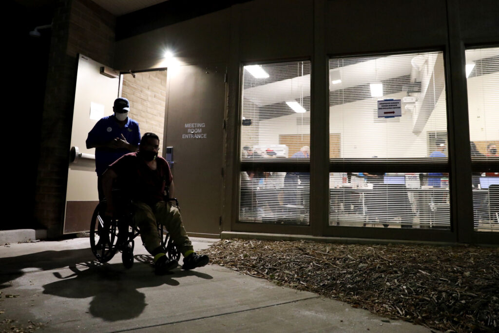 ELECTION-DAY-AURORA-LAST-VOTERS-IN-LINE